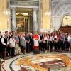 Cerkveni pevski zbor iz Ukev in spremljevalci s kardinalom Comastrijem/Il Coro parrocchiale di Ugovizza e gli accompagnatori col cardinale Comastri